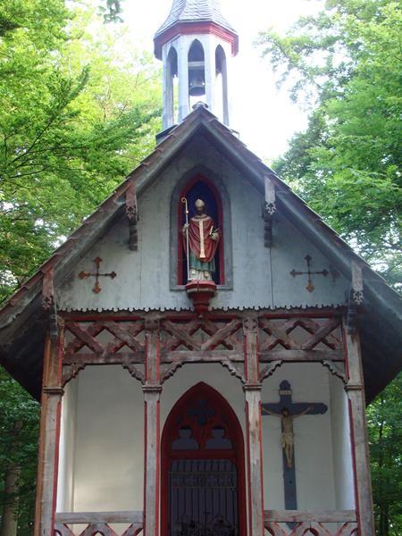 Eine kleine Kapelle mitten im Wald.
