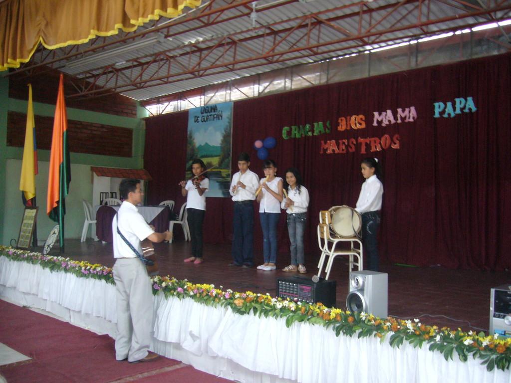 Participación de los niños y niñas de primer nivel en música, en eventos educativos