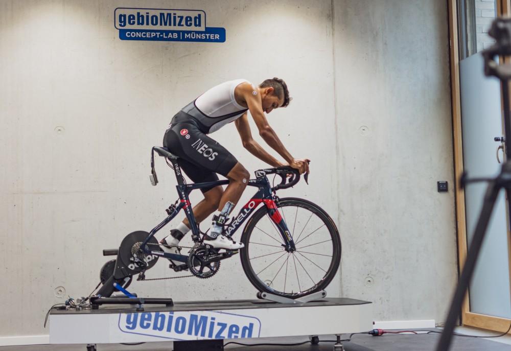 Tour- und Giro-Sieger Egan Bernal beim Bikefitting im concept-lab Münster (Foto: gebioMized)