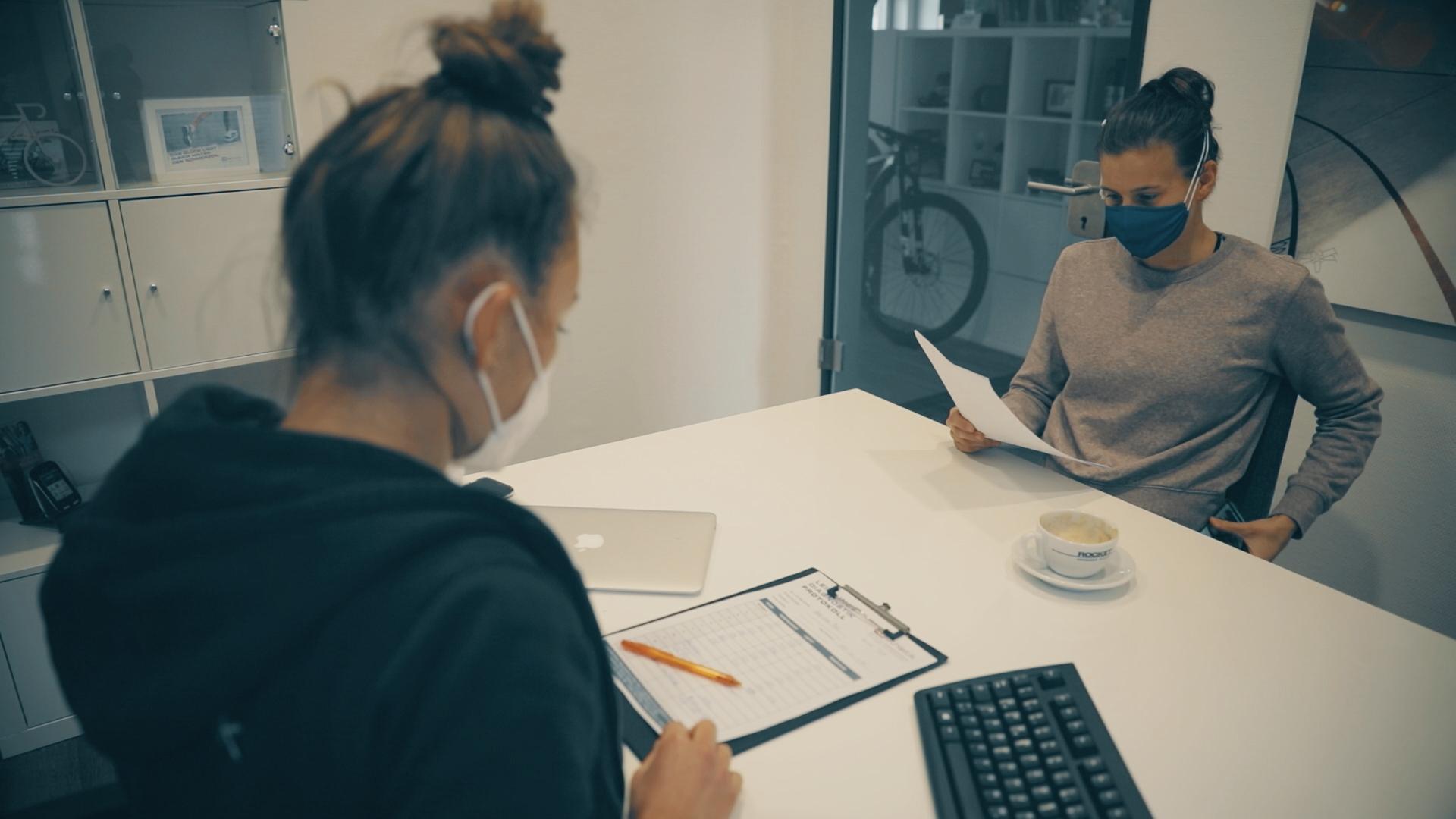 Besprechung der Ergebnisse mit ihrer Diagnostikerin und Trainerin Laura-Sophie Usinger (Foto: Onehandfilm)