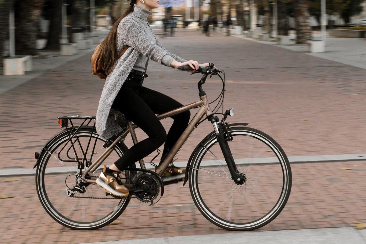 Eine ergonomische Sitzposition verbessert den Wohlfühlfaktor auf dem Fahrrad (Foto: freepik.com)