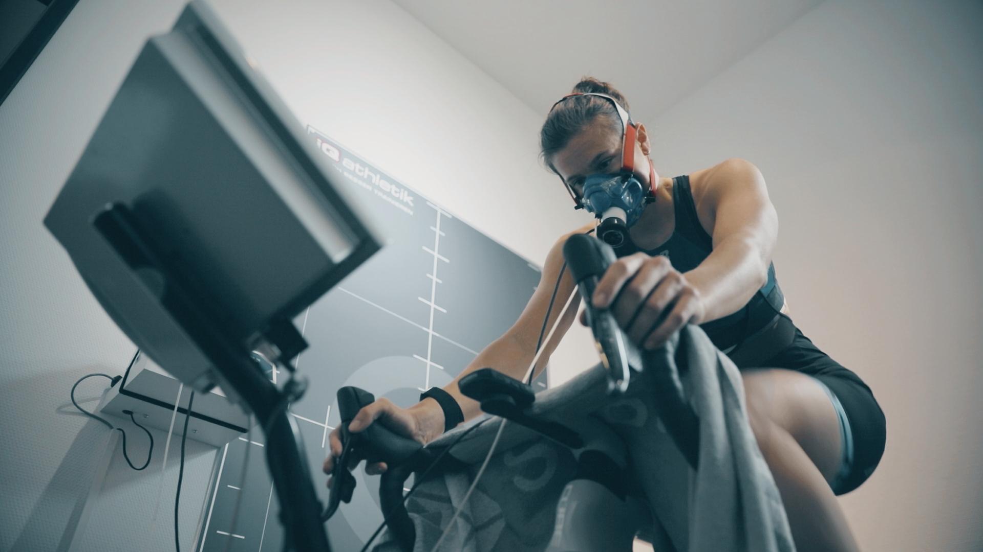 Die Top-Triathletin Anna-Lena Best-Pohl bei der Spiroergometrie mit Laktatdiagnostik im Trainingsinstitut iQ athletik (Foto: Onehandfilm)
