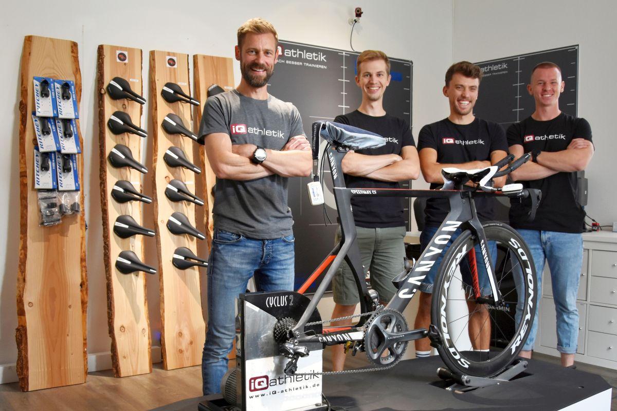 Freuen sich auf alle Radfahrer*innen: die Bikefitter Sebastian Mühlenhoff, Till Drobisch, Tobias Ohlenschläger und Torben Müller