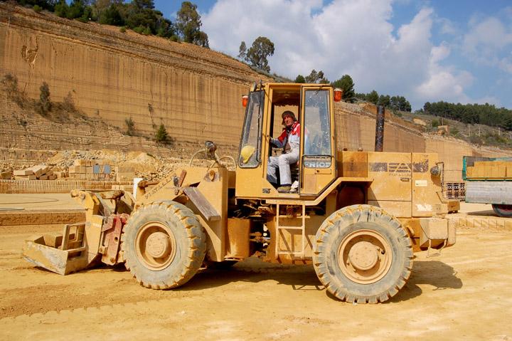 Escavatore moderno con azionamenti oleodinamici