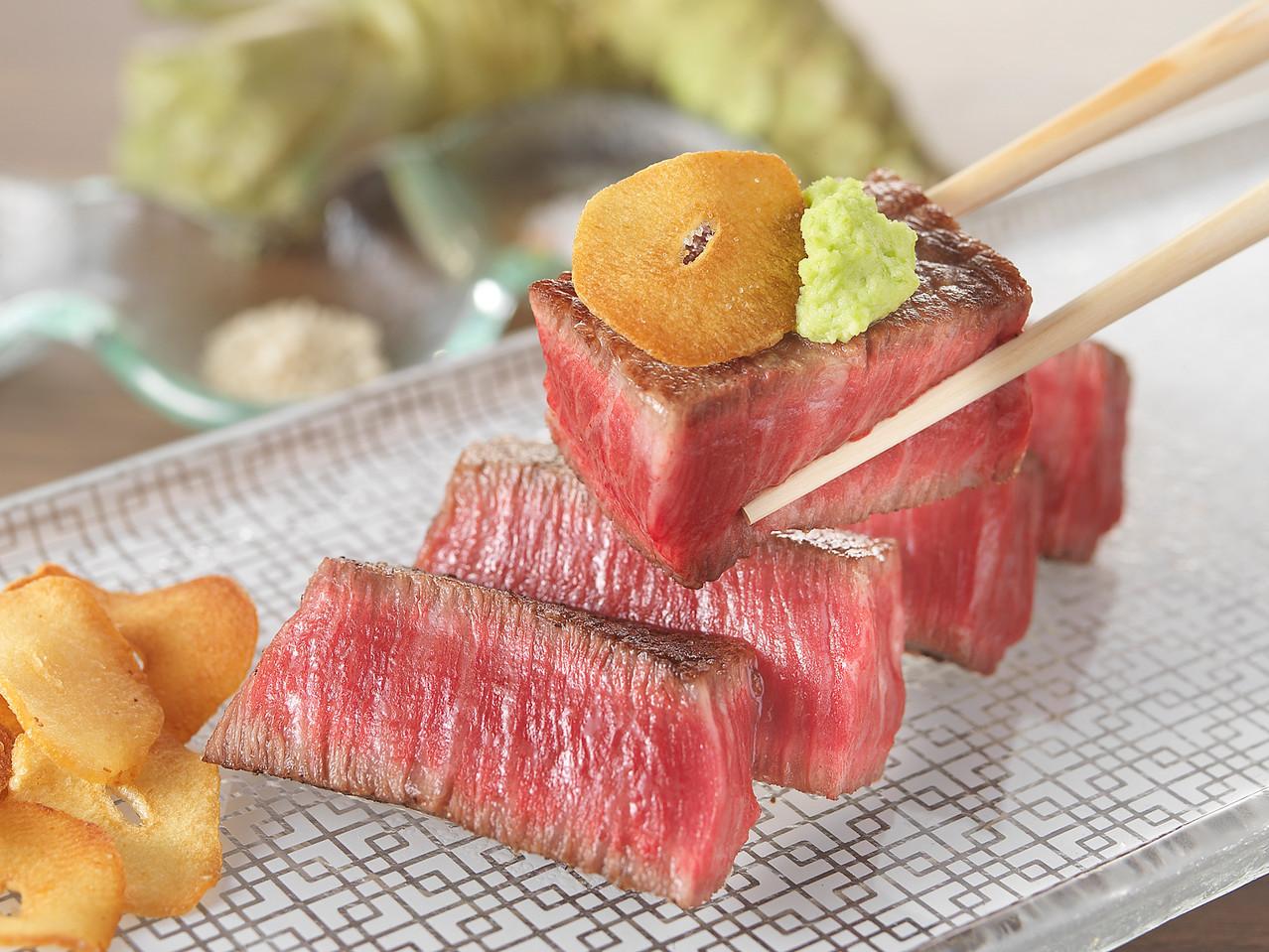 黒毛和牛鉄板焼き(Japanese-black-cattle teppan-yaki with WASABI and Garlic)