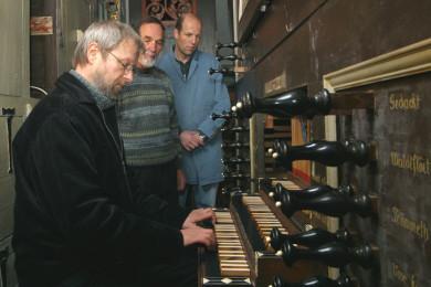 Letztes Spiel vor Ausbau der Orgel, Ingo Duwensee mit Jürgen und Hendrik Ahrend