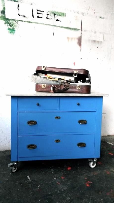 (c) Atelier FARBKNALL, Steffi Ribbe, Potsdam, Möbelkunst, eigene und Auftragsarbeiten, Kommode in Blau mit Marmorplatte und Rollen