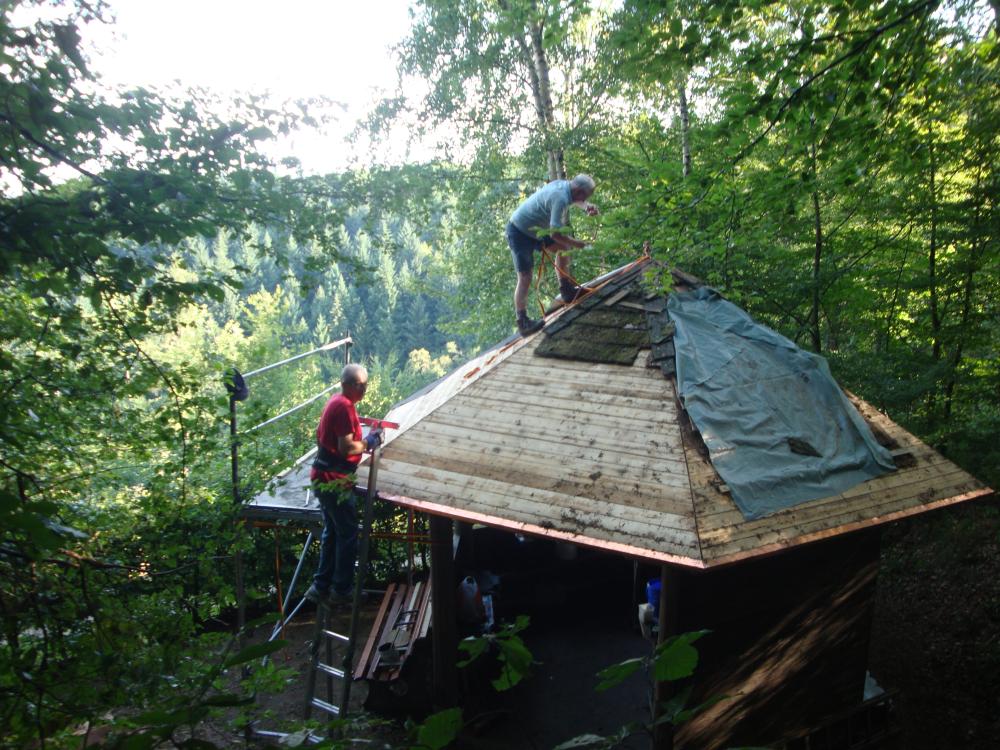 Fachmännische Handwerkerarbeiten an unserem Vereinspavillon werden ehrenamtlich ausgeführt...