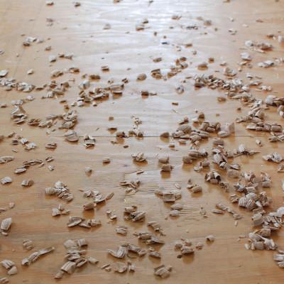 ノミで削り取られた木屑。完 成に近づくほど床に積もっていく。