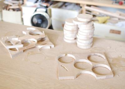 切り抜かれた豆皿。手前の板 にある線のようなものがカミキリ 虫の仕業。