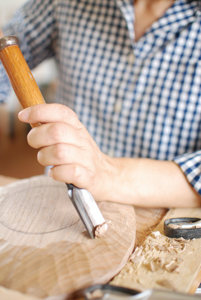 ノミで削り取る作業は、とても 気持ち良さそう。「腱鞘炎になり そう」と本人は言っていましたが。