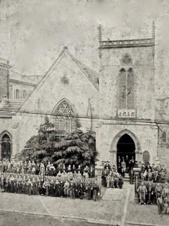 最初の大会堂(1902年 創立30周年記念写真)