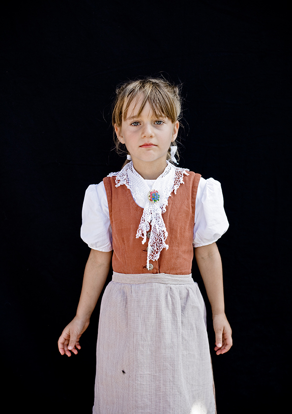 Mädchen mit Tracht und Fliege, Urnaesch, aus der Serie Brauchtum & Mensch, Schweiz 2016/2017, Swiss Photo Award 2017