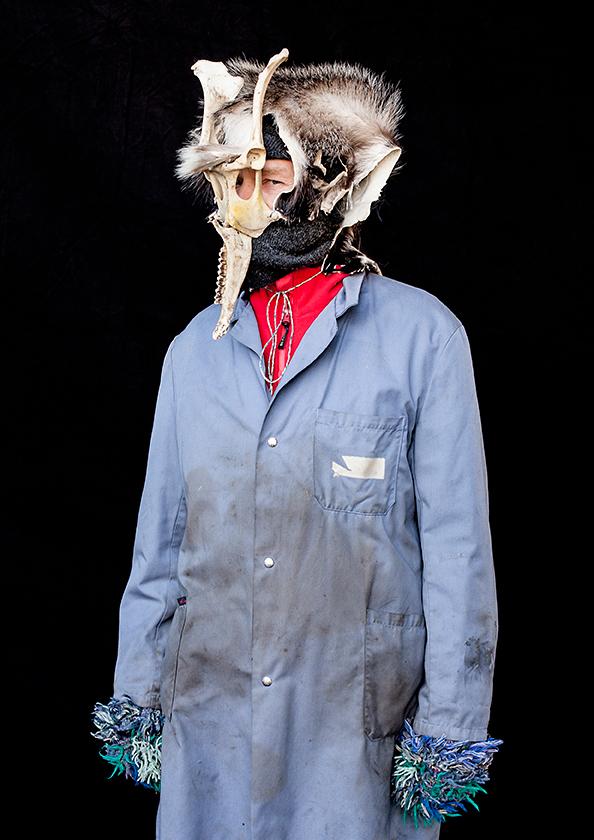 Mann mit Maske, Wallis, aus der Serie Brauchtum & Mensch, Schweiz 2016/2017