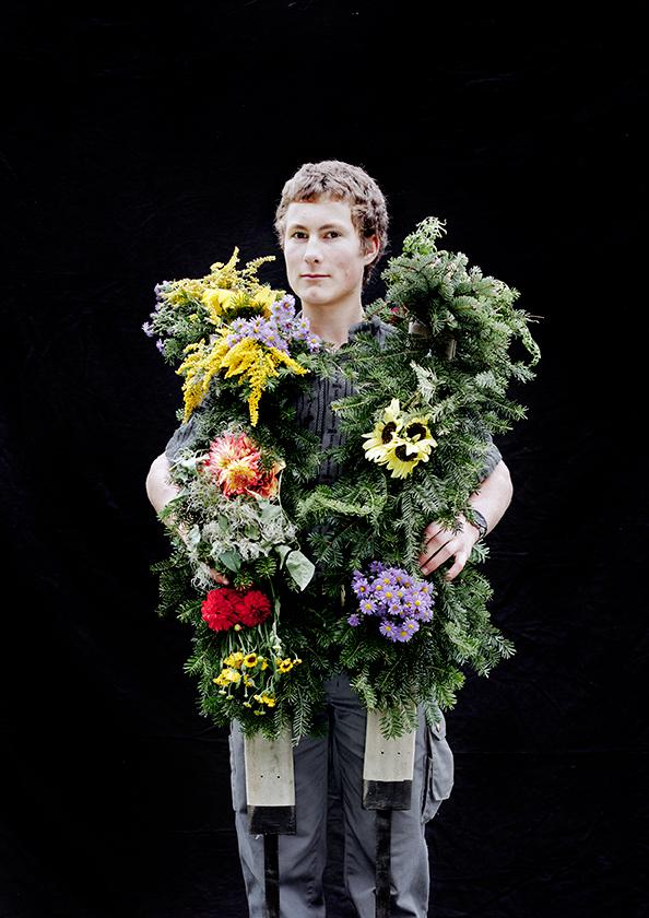 Junge mit Blumenschmuck für Kühe, Flims, aus der Serie Brauchtum & Mensch, Schweiz 2016/2017, Swiss Photo Award 2017