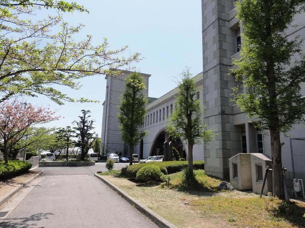 正門から見た校舎、平成5年:公立学校優良施設として「文部大臣奨励賞」を受賞しました。