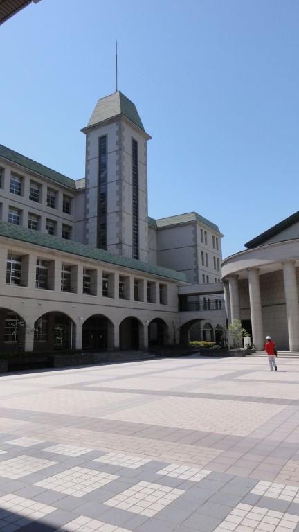 中庭から南校舎の教室が並びアーチを配した回廊が素敵です。