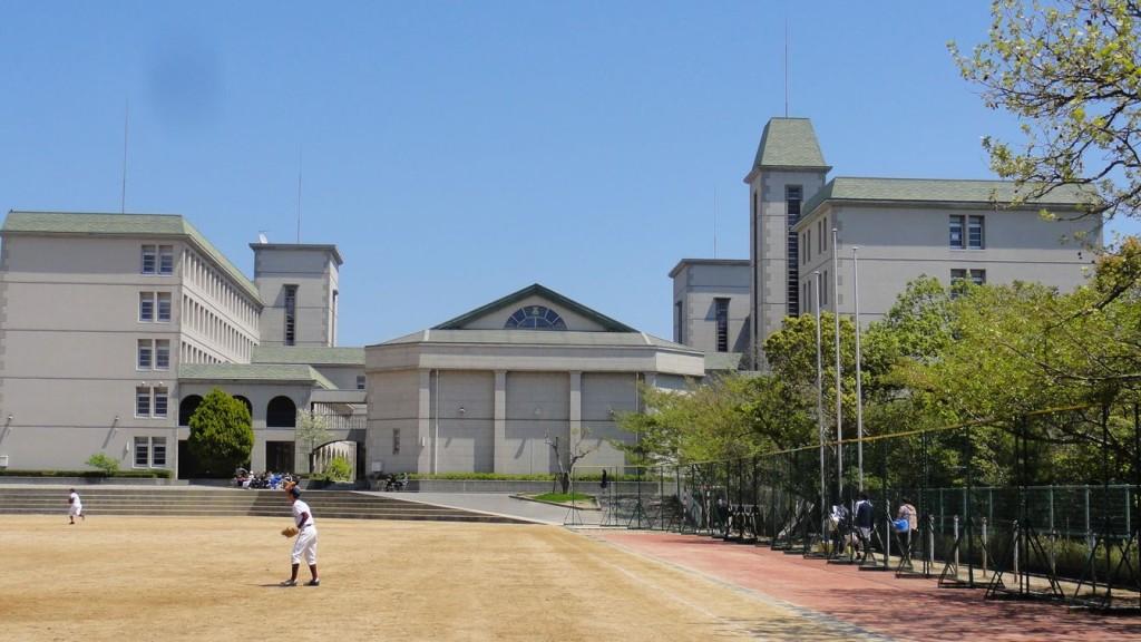 西側から見た校舎