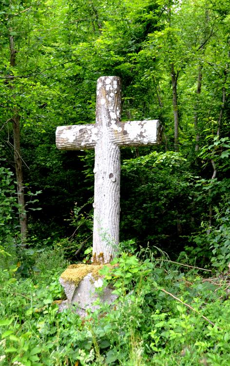 """Sainte-Segrée- Sur le socle, cette inscription: """"Au Ciel- 1885"""""""