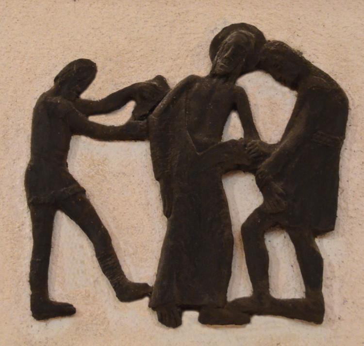 10- Jésus est dépouillé de ses vêtements