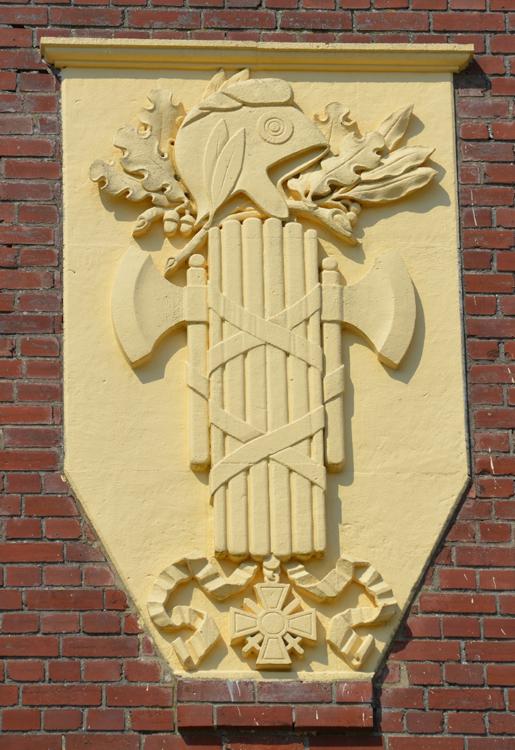 Faisceau de licteur sur la façade de la mairie de Thiepval