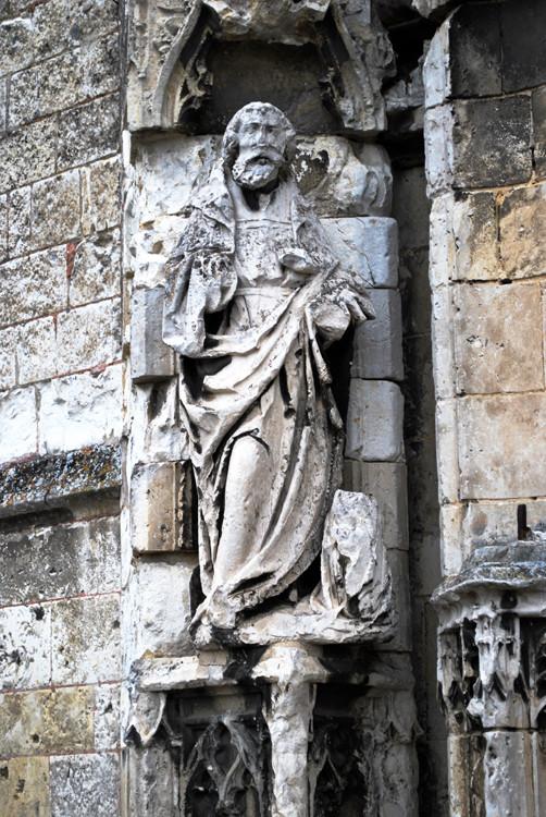 La statue trés mutilée de saint Pierre