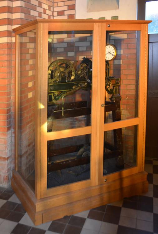 Eglise de Dernancourt: le vieux mécanisme de l'horloge dans une armoire vitrée