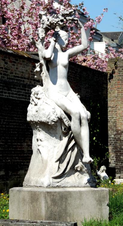 La statue de Marie-Sans-Chemise dans les jardins du Musée de Picardie à Amiens- Photo Magali