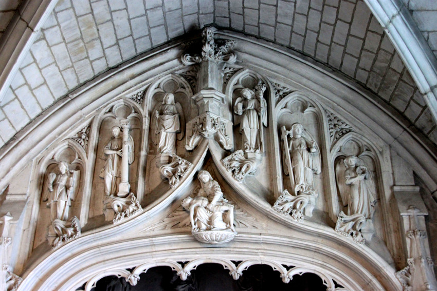 Ensemble des anges avec la Piéta dans l'écoinçon