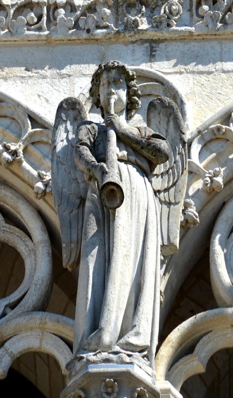 L'ange sonnant de l'olifant au sommet du gâble du grand portail