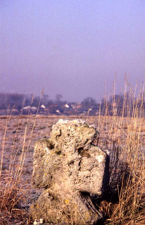 Petite croix en tuf à Frières (Acheux-en-Vimeu)