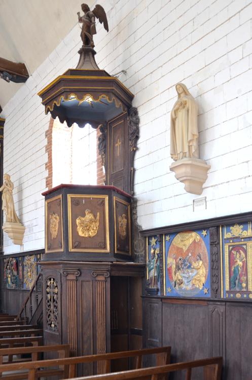 Insolite: le confessionnal sous la chaire dans l'église de Canchy