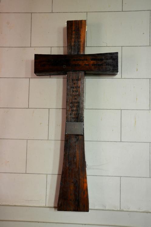 La première croix commémorative de Cédric Dickens dans l'église de Ginchy