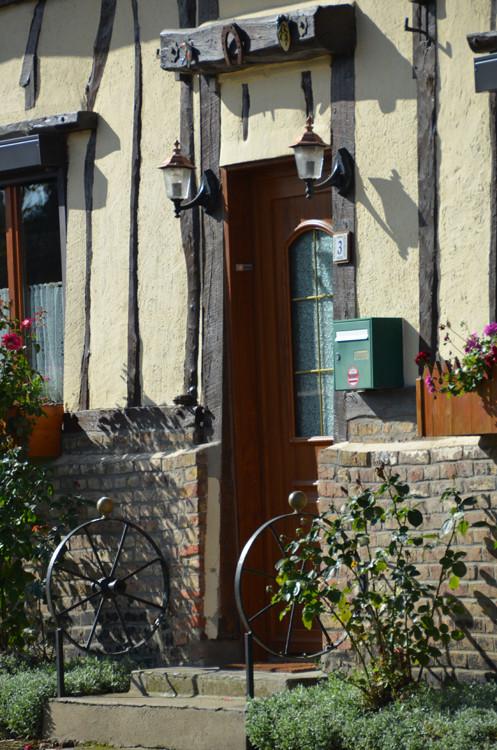 Au-dessus de la porte d'entrée à Béalcourt