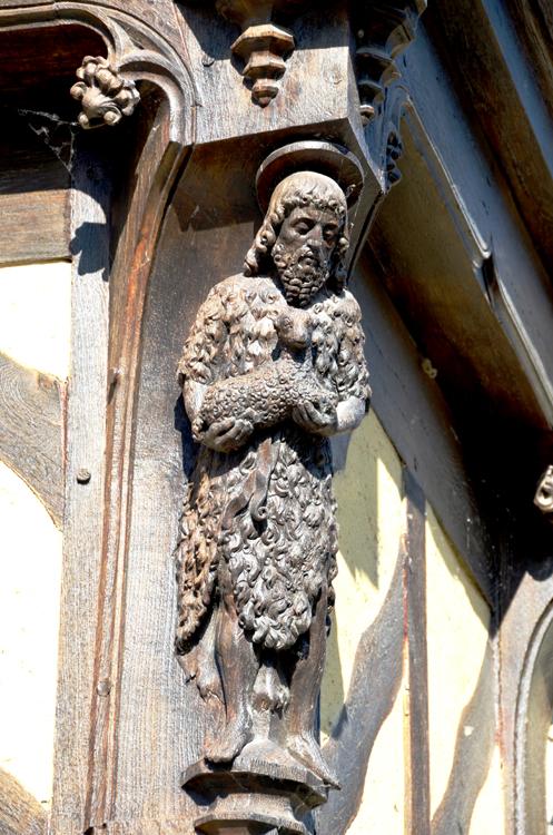 Saint-Jean Baptiste sur la maison du pèlerin, face à la Cathédrale