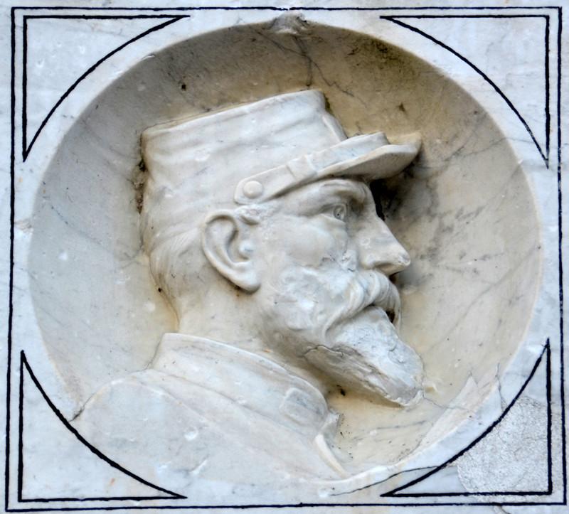 Moreuil: au dos du monument, médaillon du guerrier français de 1870