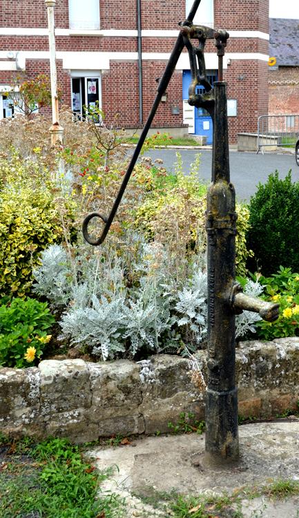 La pompe à bras sur la place de la mairie à Esmery-Hallon