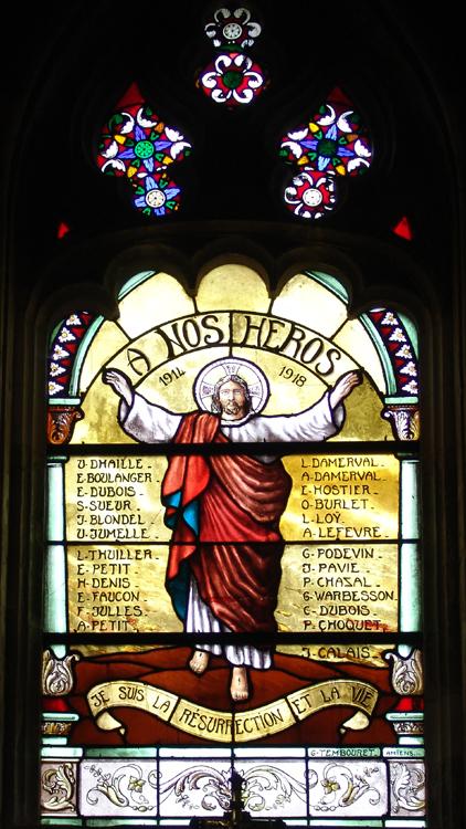 Monument aux morts dans un vitrail de l'église de Contay signé Georges Tembouret