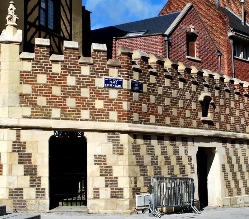 Le mur à damier brique et pierre de la Maison du Pèlerin