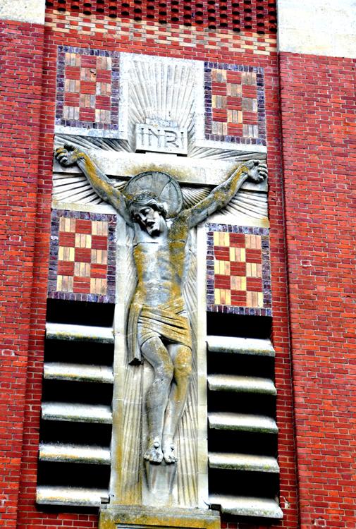 Le christ sur la façade de l'église de Démuin