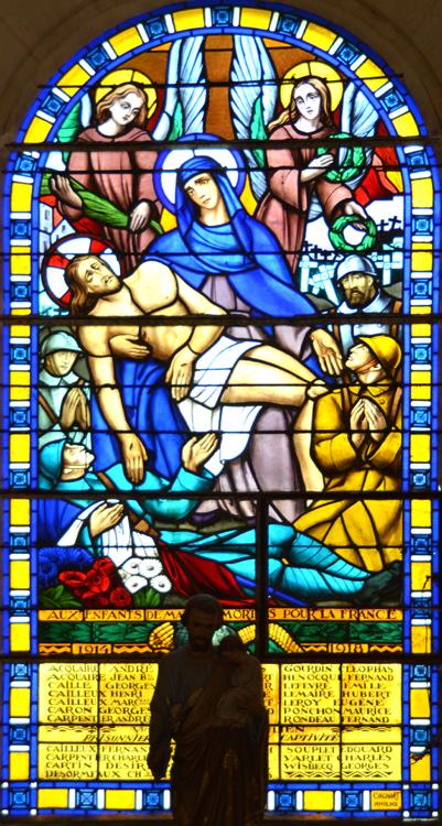 Eglise de Matigny: vitrail sous la forme d'une pietà en guise de monument aux morts.