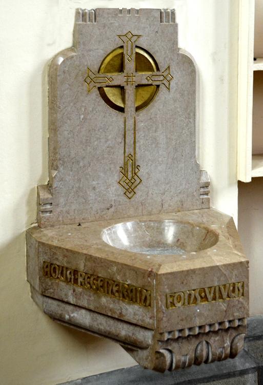 Bénitier en marbre dans l'église de Rouvrel