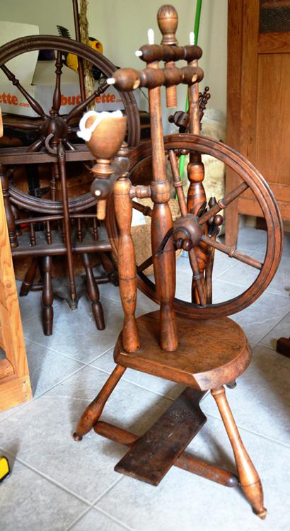 Un rouet authentique dans les bâtiments d'une vieille ferme du Vimeu