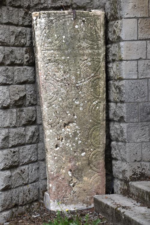 A l'entrée de l'église de Biaches, pierre tombale celtique, vestige de l'ancien cimetière