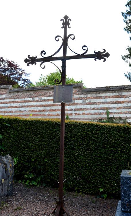 La croix de fer du 18e siècle dans le cimetière de Bernâtre