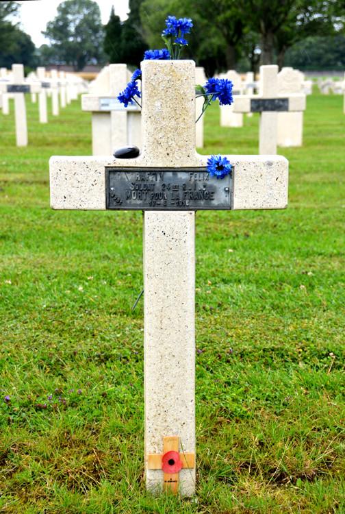 Au cimetière militaire français de Dompierre, une tombe française ornée de bleuets