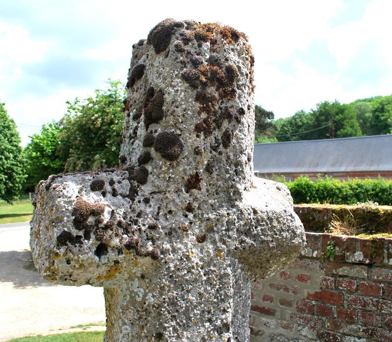 Détail de la croix en tuf de Quesnoy-le-Montant (Cimetière St-Sulpice)