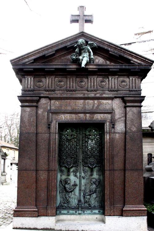 La chapelle de l'ange pleureur au Cimetière du Père Lachaise
