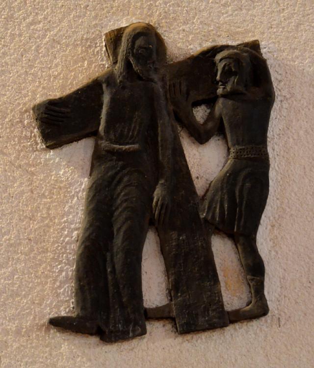 2- Jésus est chargé de sa croix