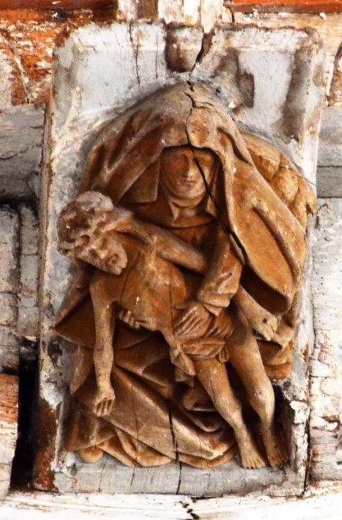 Pietà ou Vierge de pitié sculptée sur un blochet dans l'église de Senarpont